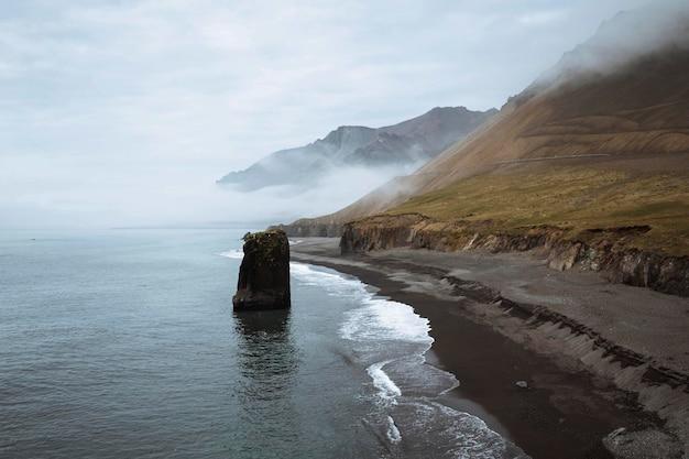 Vista de arnarstapi na costa sul da península de snæfellsnes, islândia