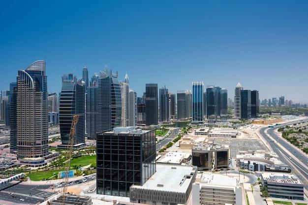 Vista de arranha-céus do horizonte da cidade