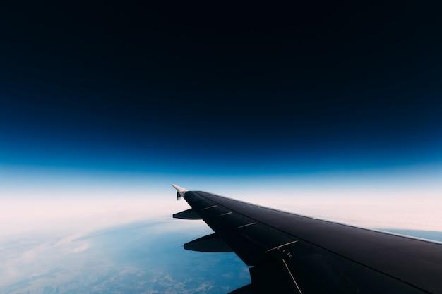 Vista de asa de avião para um espaço misterioso azul