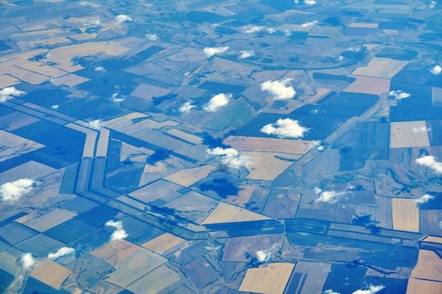Vista de avião da região agrícola com campos multicoloridos e ravinas