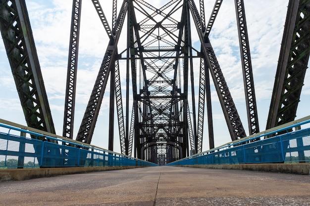 Vista de baixo ângulo da estrada e da ponte de treliça acima da água