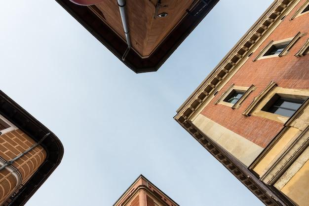 Vista de baixo ângulo de edifícios tradicionais no bairro residencial de malasaña em madrid, espanha.
