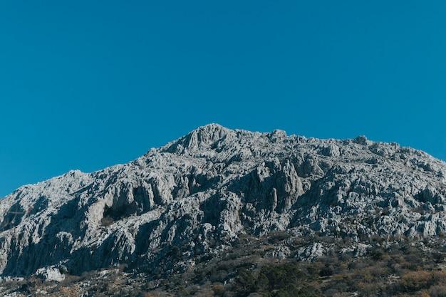 Vista de baixo ângulo de montanha pedregosa
