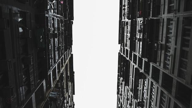 Vista de baixo ângulo de prédio alto