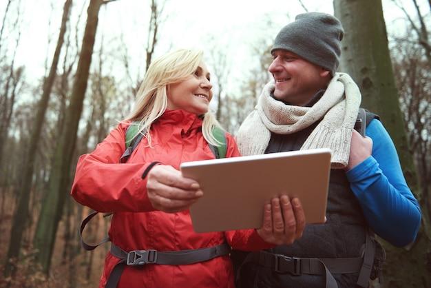 Vista de baixo ângulo do casal com tablet digital