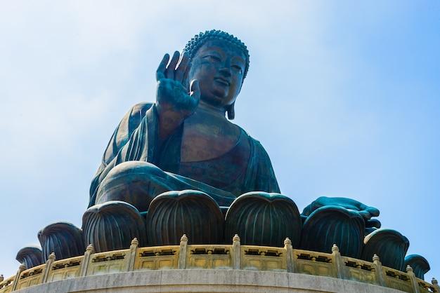 Vista de baixo da estátua oriental