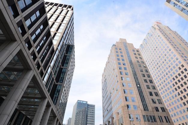 Vista de baixo de edifícios de escritórios