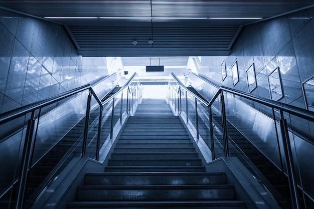 Vista de baixo de escadas modernas