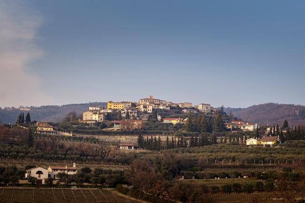 Vista de baixo de san giorgio di valpolicella, na província de verona.