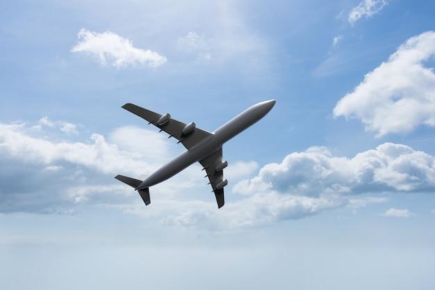 Vista de baixo de um avião no céu