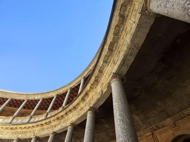 Vista de baixo do pilar do palácio de carlos v em la alhambra