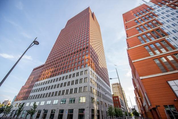 Vista de baixo dos modernos edifícios de escritórios na cidade de haag, holanda