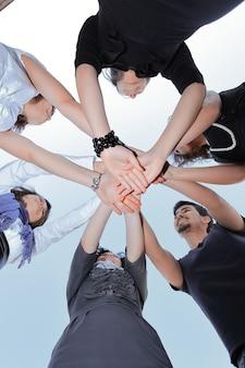 Vista de baixo. equipe de negócios amigável. o conceito de trabalho em equipe