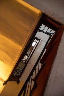 Vista de baixo para cima através de um lance de escadas.