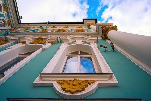 Vista de baixo para cima da fachada do palácio de inverno. rússia. são petersburgo.
