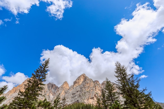 Vista de baixo para cima das dolomitas italianas contra o céu azul claro