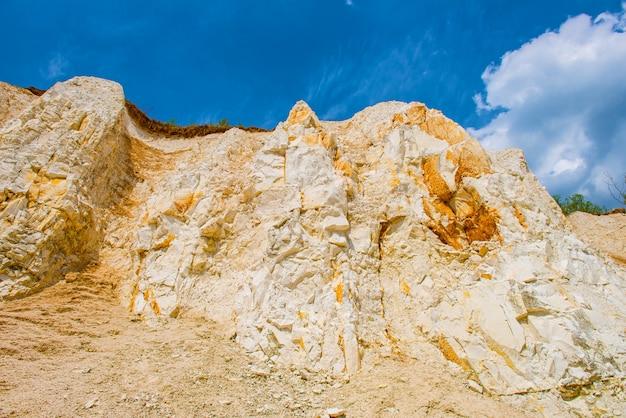 Vista de baixo sobre a camada da terra desde o período cretáceo