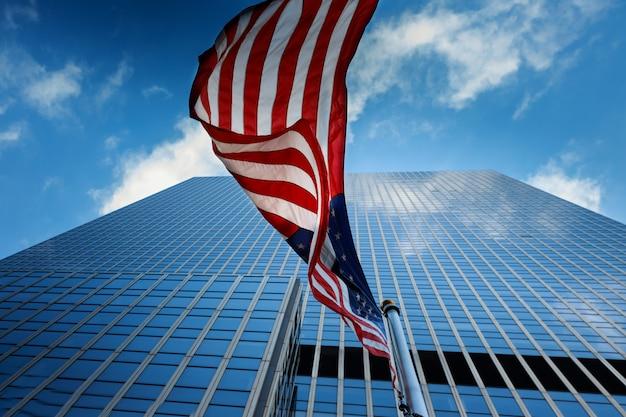 Vista, de, bandeira americana, ligado, azul, predios, fundo
