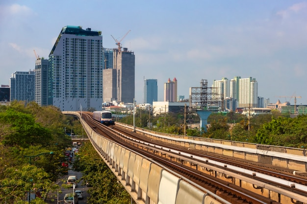 Vista de bangkok, tailândia do bts skytrain para o centro da cidade com a paisagem da cidade que cheia de edifícios.