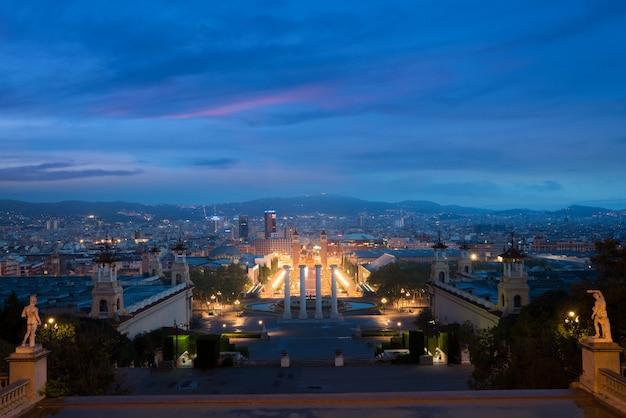 Vista de barcelona, espanha. plaza de espana na noite com o céu crepuscular em barcelona, espanha.