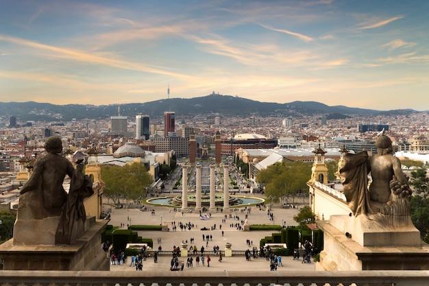Vista de barcelona, espanha. plaza de espana na noite com o céu do por do sol em barcelona, espanha.