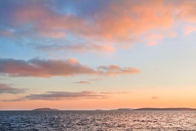 Vista de belas nuvens ao pôr do sol sobre o mar branco, perto das ilhas solovetsky, do convés do navio