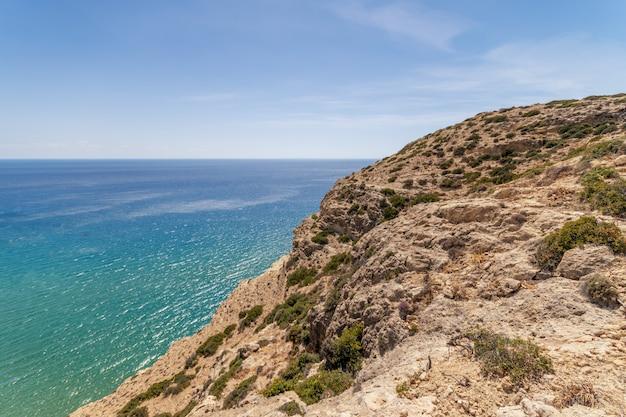 Vista de belas rochas com mar azul na ilha de creta