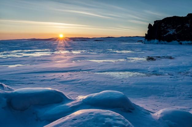 Vista de belos desenhos no gelo de rachaduras e bolhas de gás profundo na superfície do lago baikal no inverno, rússia