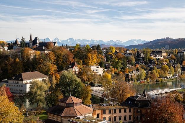 Vista de berna, do museu de história de berna e do rio aare no outono