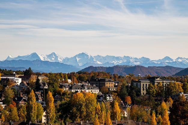 Vista de berna e dos alpes no outono