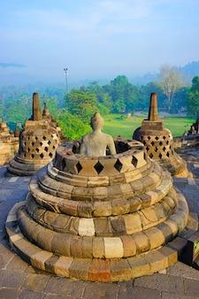 Vista de borobudur, o maior templo budista do mundo