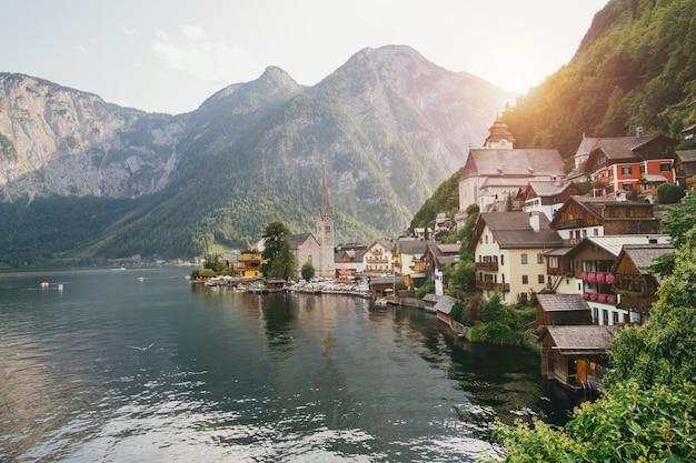 Vista de cartão postal clássico da famosa cidade à beira do lago de hallstatt nos alpes, região de salzkammergut