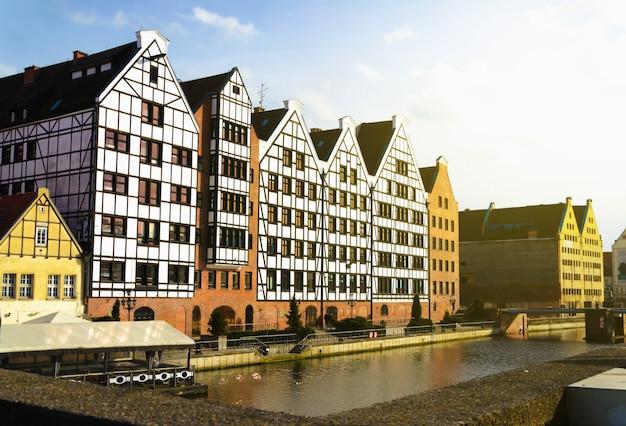 Vista de cartão postal de gdansk, polónia sobre o rio ao pôr do sol