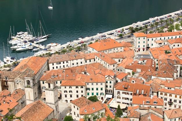 Vista de casas antigas da cidade e aterro em um dia de verão. kotor. montenegro.