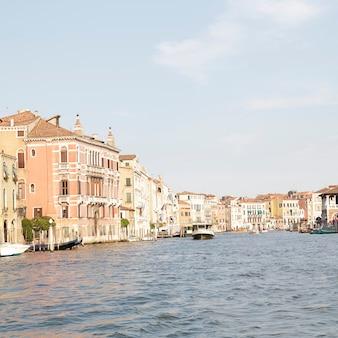 Vista de casas e palácios no grande canal de veneza, itália