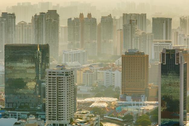 Vista, de, cidade cingapura, em, nebuloso, pôr do sol