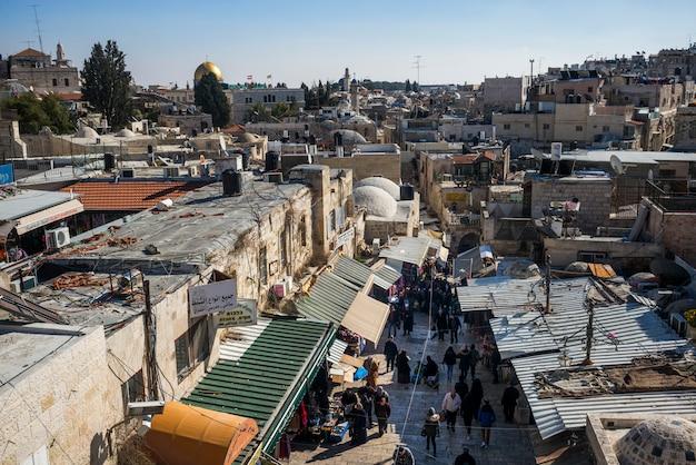 Vista, de, cidade velha, de, muralhas, passeio, com, cúpula pedra, em, a, fundo, jerusalém, israel