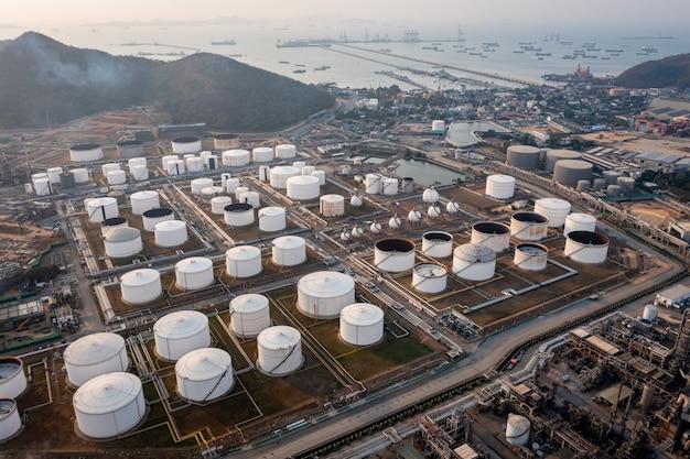 Vista de cima aérea do fundo da refinaria de petróleo e gás, petroquímica industrial de negócios