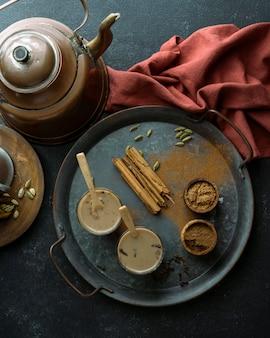 Vista de cima arranjo com copos de chá na bandeja