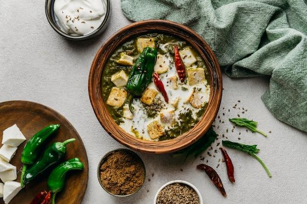 Vista de cima arranjo de comida paquistanesa