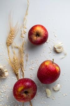 Vista de cima arranjo de maçãs e alho