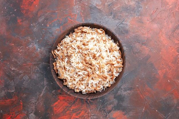 Vista de cima arroz cozido com fatias de massa na superfície escura prato refeição massa escura