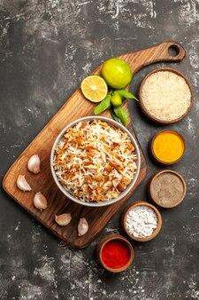 Vista de cima arroz cozido com temperos em refeição escura prato escuro comida oriental