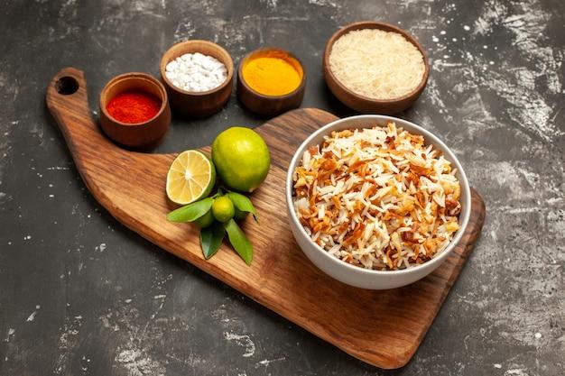 Vista de cima arroz cozido com temperos na superfície escura prato refeição tempero escuro