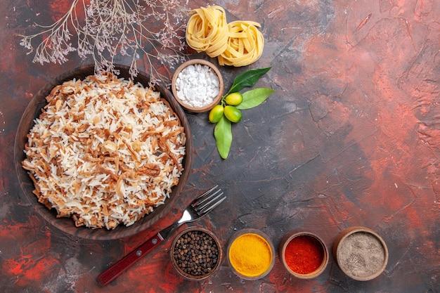 Vista de cima arroz cozido com temperos na superfície escura refeição escura foto prato comida
