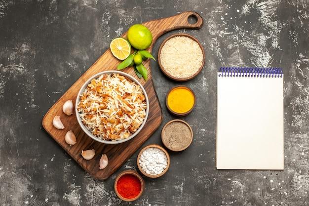 Vista de cima arroz cozido com temperos na superfície escura refeição prato escuro comida oriental