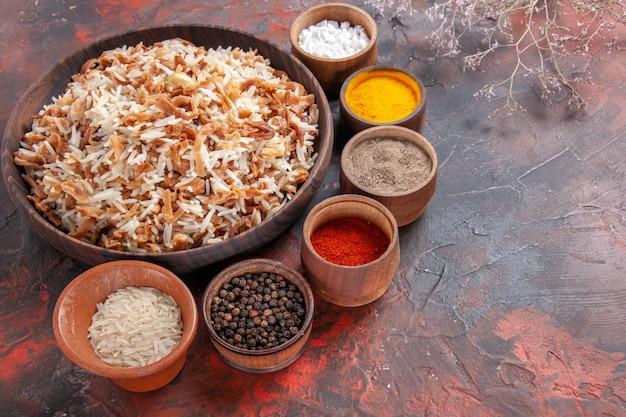 Vista de cima arroz cozido com temperos no escuro mesa refeição foto prato comida escura