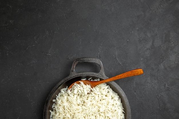Vista de cima arroz cozido dentro da panela na mesa escura jantar refeição comida arroz oriental