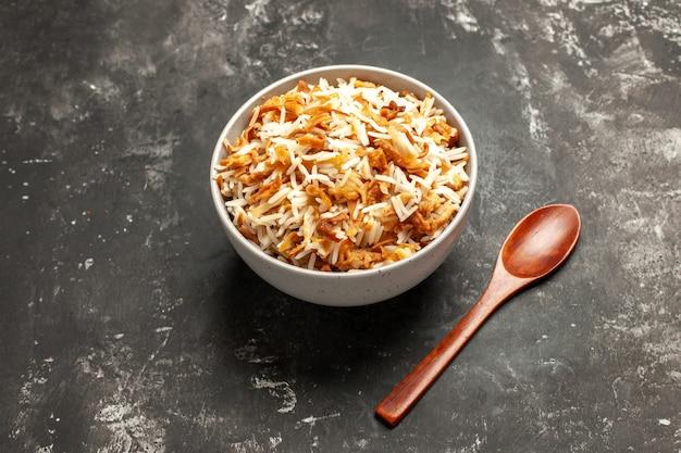 Vista de cima arroz cozido dentro do prato na superfície escura prato escuro refeição oriental