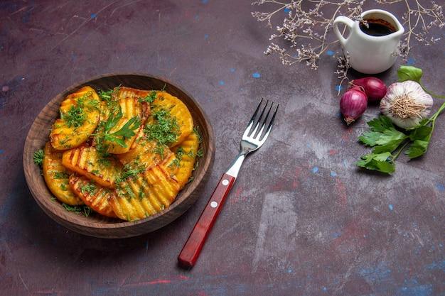 Vista de cima batatas cozidas delicioso prato com verduras na superfície escura asse cozinhando batata prato prato jantar